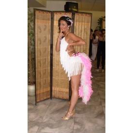 Abito donna per ballo latino. Realizzato in lycra bianca, frange e piume.