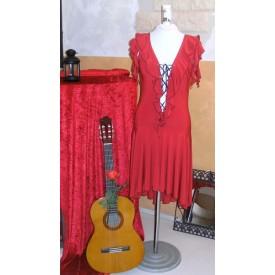 Abito da ballo tango per donna. Realizzato in maglina di seta rossa. Morbide ruches incorniciano il corpetto dando vita ad una r