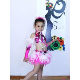 Abito da ballo latino per bambina realizzato in lycra fucsia. Decorato da pallettoni fucsia e argento, che brillano sul corpino